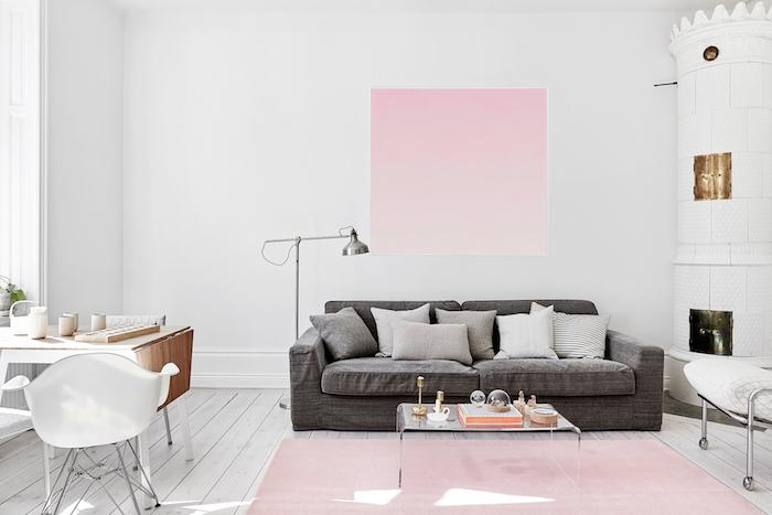 salon gris et blanc avec objets décoratifs en rose pastel, bureau en bois claire avec chaise blanche