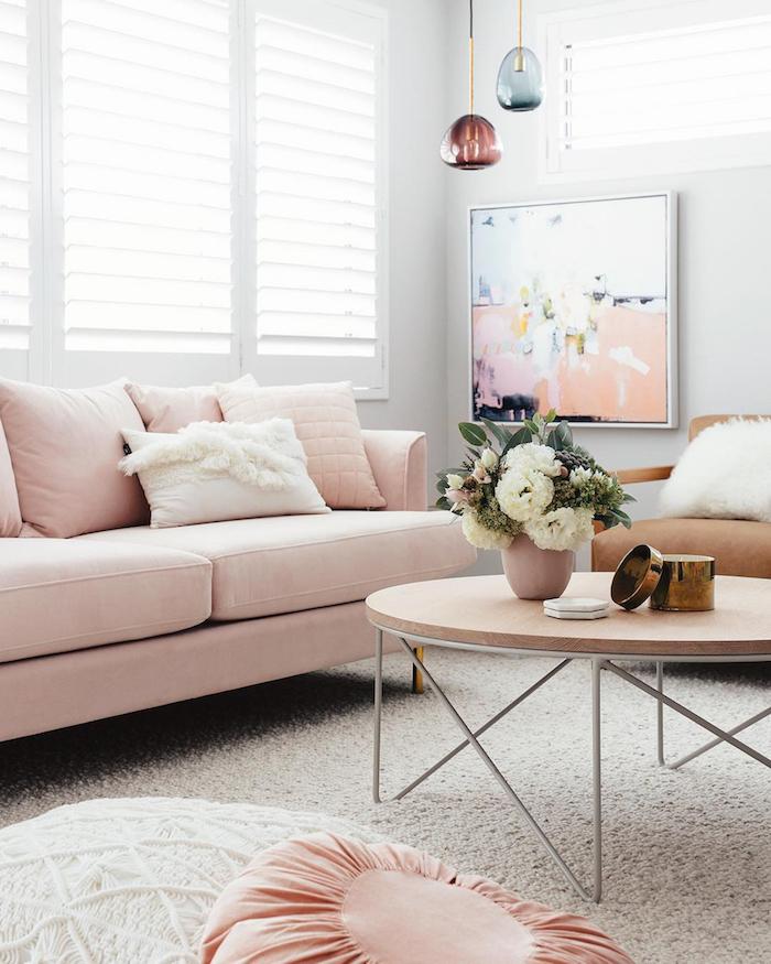 décoration intérieur en blanc et pastel, table basse en bois avec pieds blancs, suspension luminaire en verre