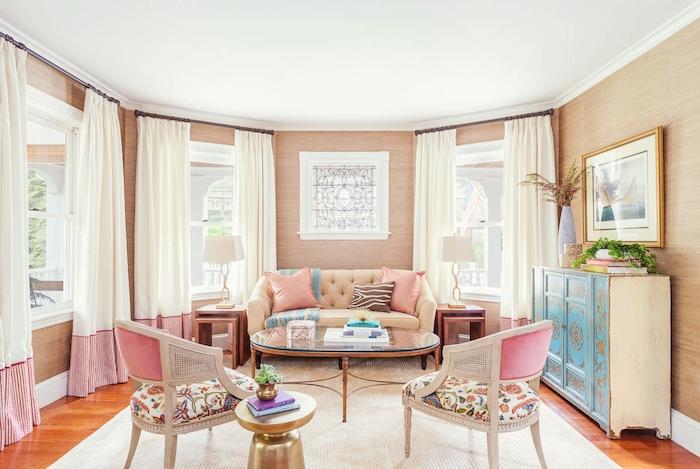 decoration interieur, canapé beige au dos boutonné, table en verre et bois foncé, chaise beige damassée à motifs floraux