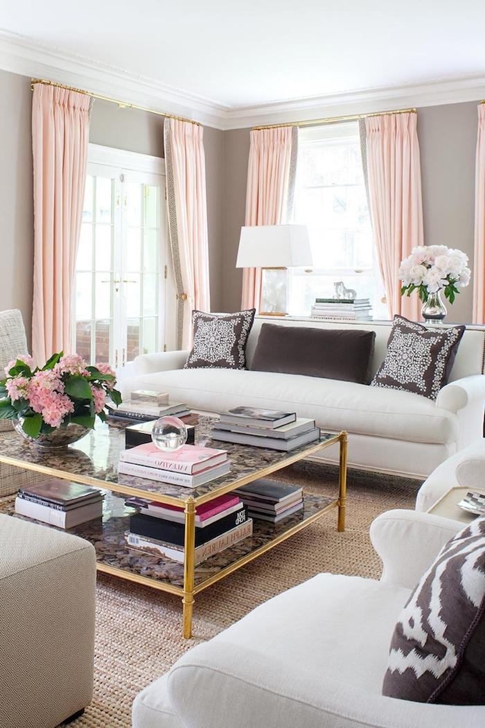couleur mur salon, collection de livres et magazines sur une table de salon, bouquet de fleurs rose pastel