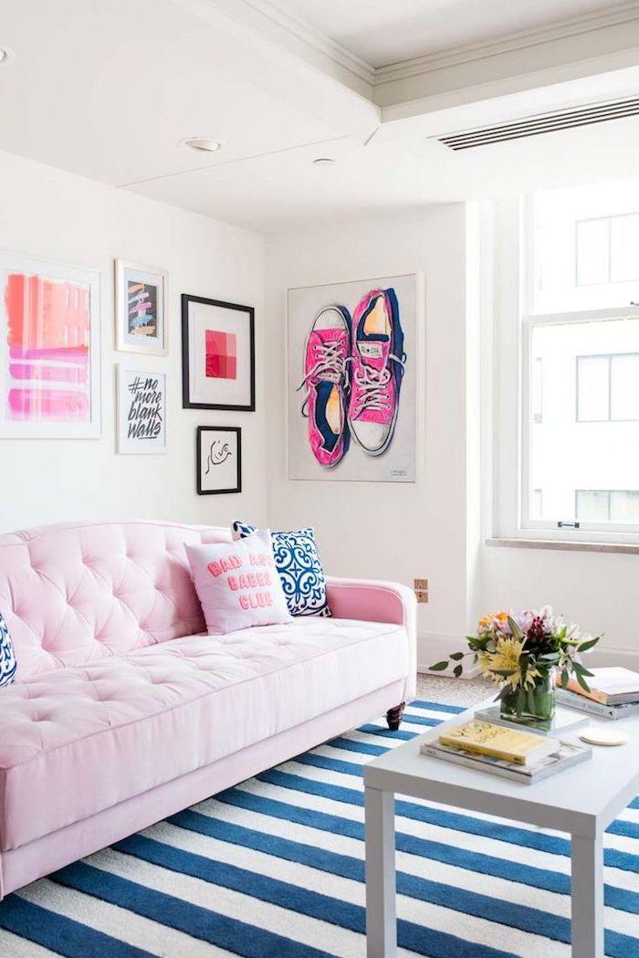 intérieur aux couleurs vibrantes, canapé boutonné en rose pastel avec coussins décoratifs en rose et bleu