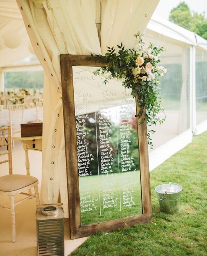 diy mariage plan de table en miroir vintage avec encadrement en bois, liste invités écrite en lettres blanches dessus le verre