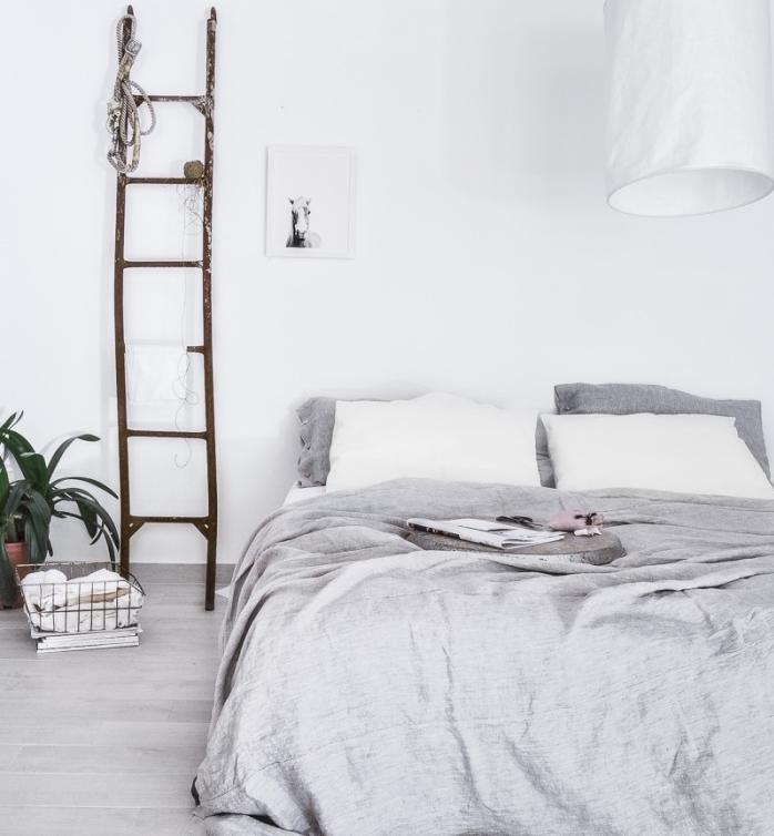 idée amenagement chambre nordique, mobilier scandinave, linge de lit gris et blanc, échelle récup, rangement, parquet gris