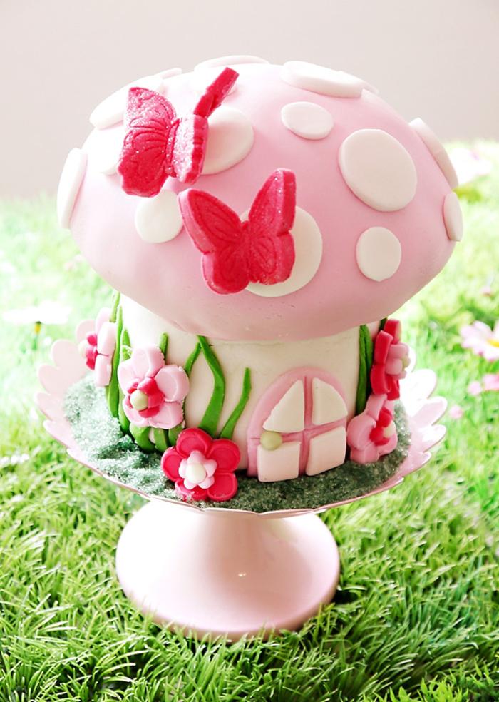 décoration originale réalisée en sucre fondant sur un gateau enfant anniversaire en forme de champignon