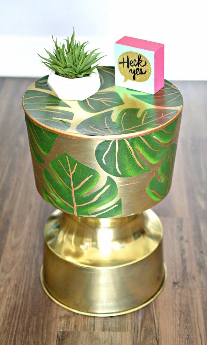 idée pour un relooking meuble original avec des feuilles de palmier collées