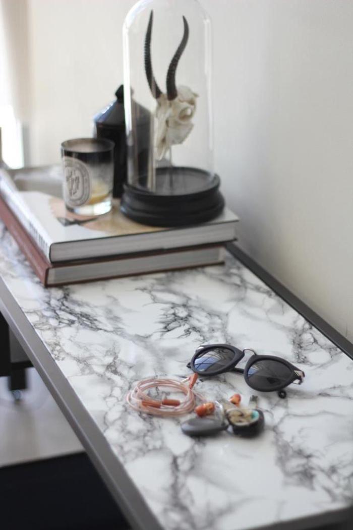idée originale pour transformer son entrée avec une table ikea relookée à effet marbre, comment relooker un meuble sans peinture