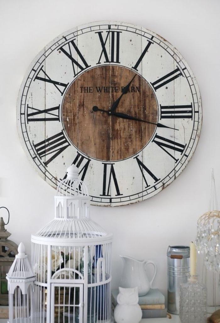 un plateau touret bois, transformé en horloge avec des chiffres romains, idee creation deco recuperation, style vintage