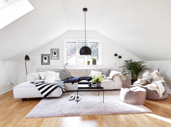 deco scandinave pas cher, parquet bois clair, canapé et tapis scandinave gris, coussins blanc et noir, poufs gris, deco en noir et blanc