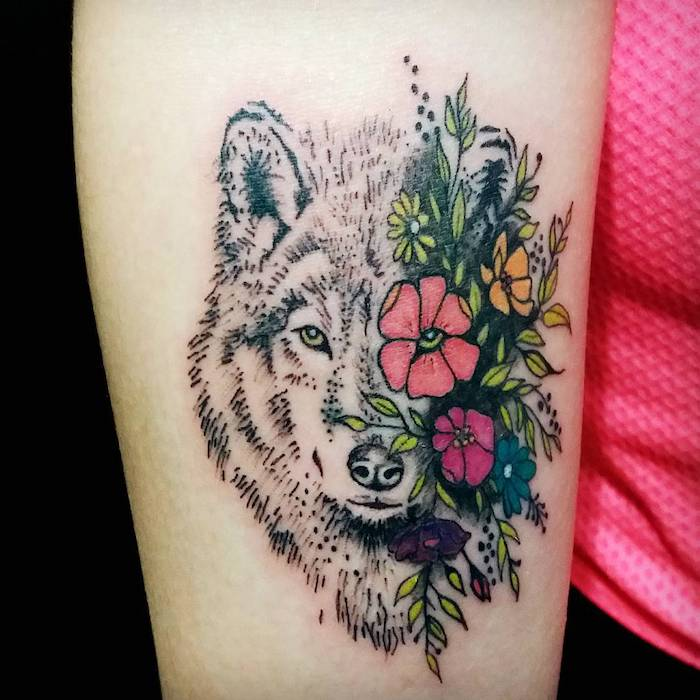 dessin tatouage, idée art corporel en couleurs pour femme, tatouage tête de loup avec fleurs en couleurs