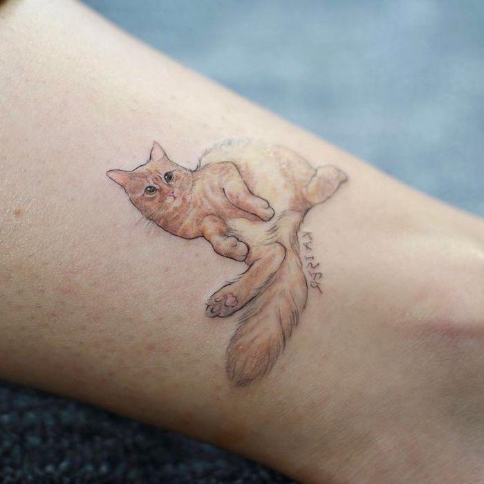 amour pour les chats, petite silhouette animale sur la cheville, quel tattoo choisir pour femme