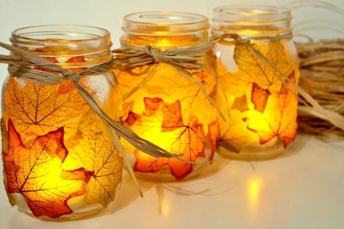 technique décopatch pour fabriquer un photophore dans un pot en verre avec décoration de feuilles mortes collées sur al surface des pots