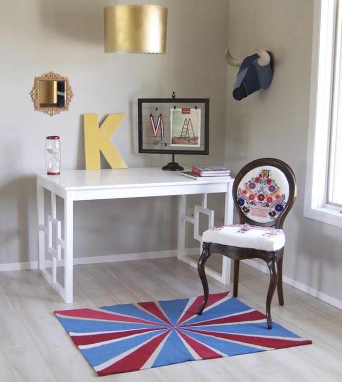 un meuble relooké à laide de peinture blanche et quelques pièces de bois assemblées, une ancienne table basique transformer en joli bureau