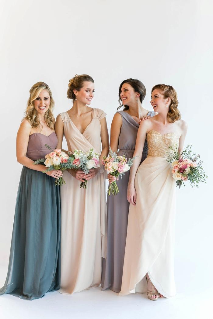 des modèles de robes de cérémonie uniques en matières fluides et couleurs neutres