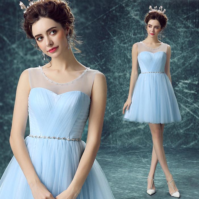 petite robe tutu en bleu pâle avec ceinture argentée et un col à effet transparent