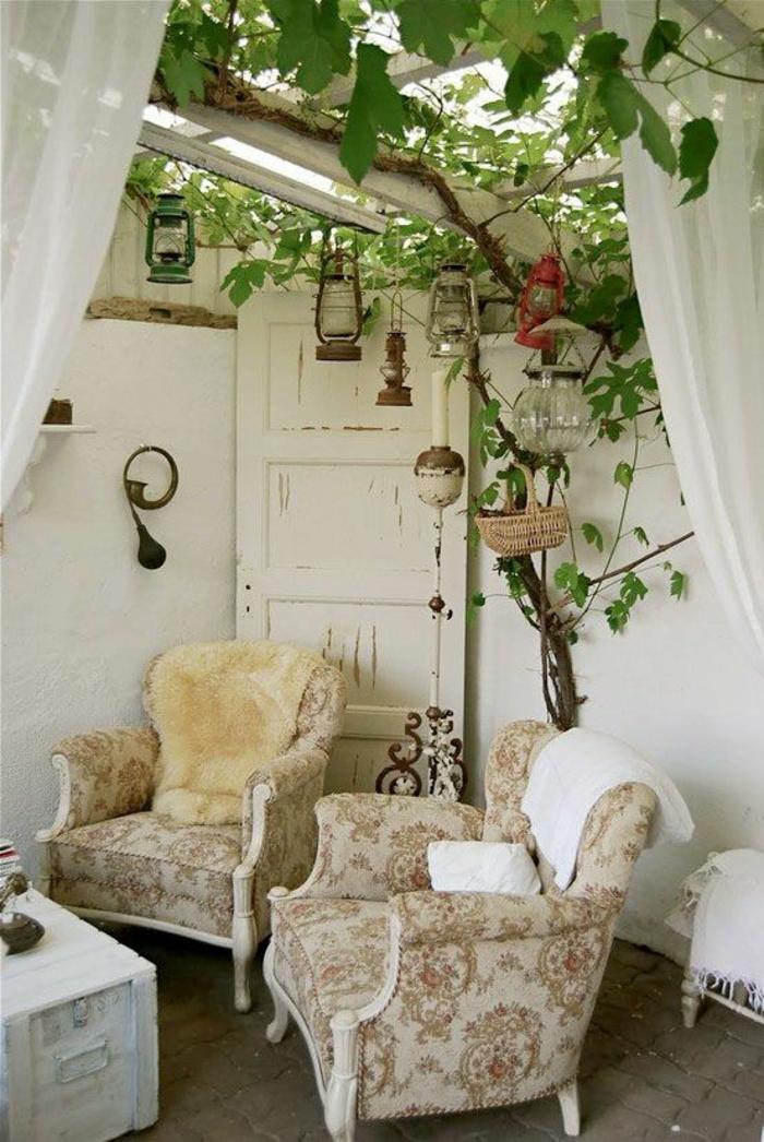 exemple d aménagement de jardin avec deux fauteuils couleur claire classiques