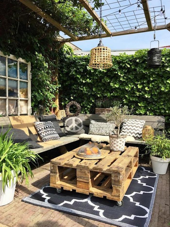 aménager son jardin aménager un petit jardin espace restreint avec table en pallettes
