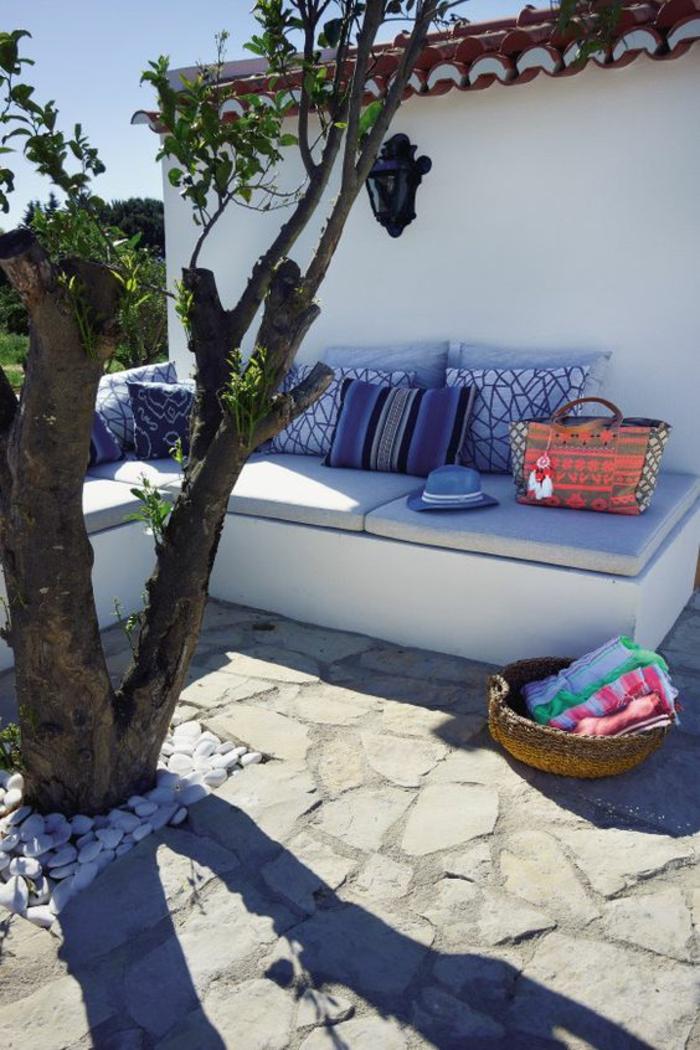 idee de parterre de fleur dans la partie arrière de notre maison des matelas gris et des coussins en bleu et indigo