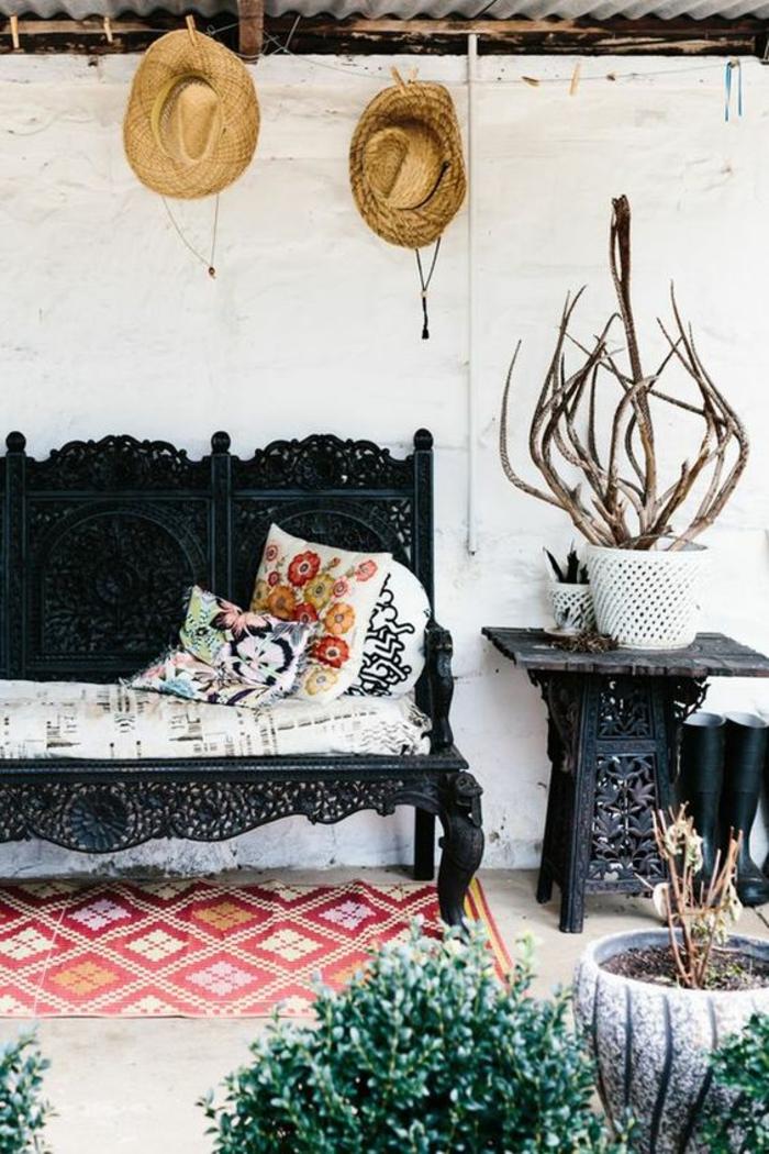 idee de parterre de fleur meubles en noir de style oriental avec tapis en rouge sous le canapé