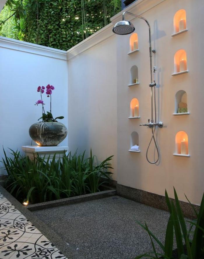 idee de parterre de fleur avec une zone douche et des bougies pour un effet de SPA