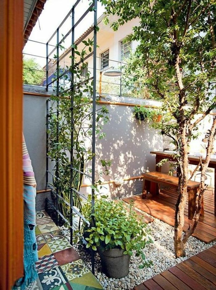 exemple d aménagement de jardin avec séparateur d espace et des meubles bois clair