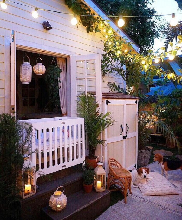 comment aménager son jardin idee de parterre de fleur veranda avec des lanternes et des guirlandes d ampoules lumineuses