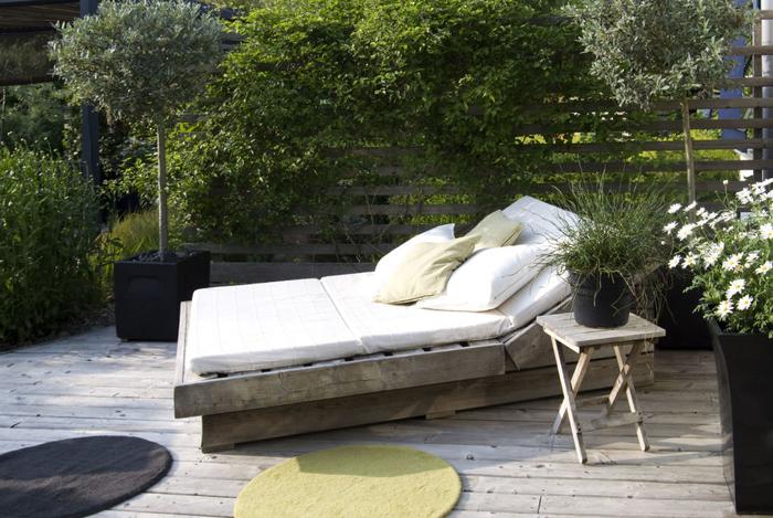 idée originale pour aménager un petit jardin avec de la déco récup, un sommier en palette qui fait office de chaise-longue