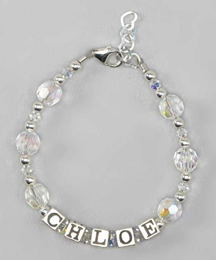 cadeau original naissance avec le nom de Chloé inscrit avec des petits cubes en argent et des perles transparentes Swarowski