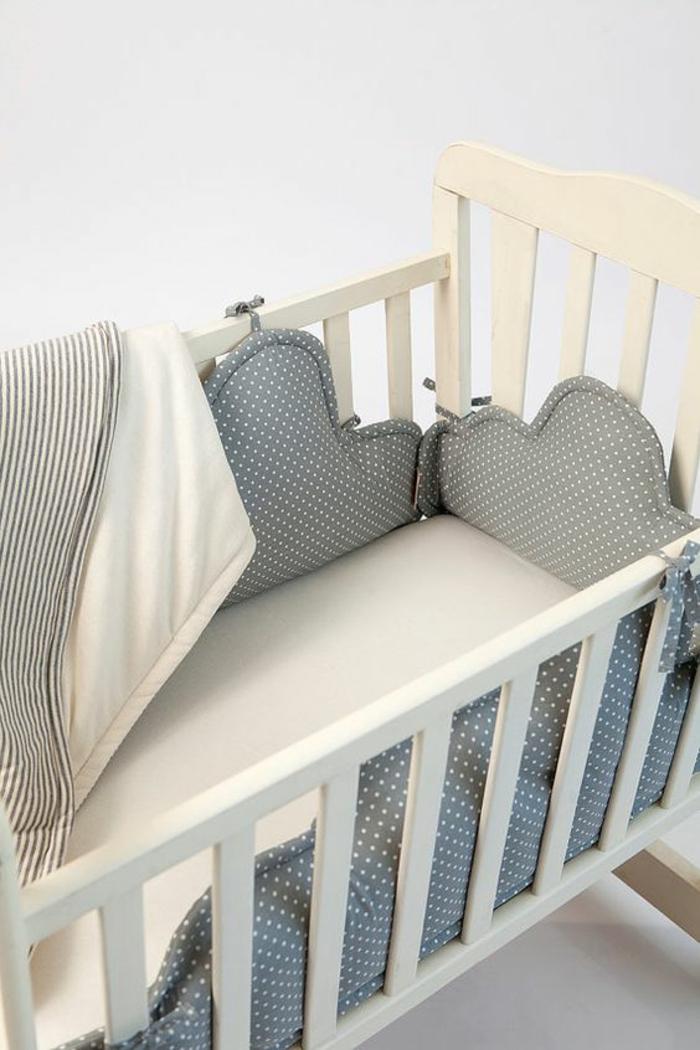 cadeau naissance personnalisé avec un set de coussins pour protéger bébé en couleur grise et blanc crème