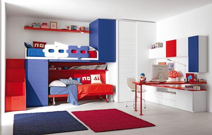 deco bleu et rouge dans une chambre enfant escalier rouge armoire bleue lit