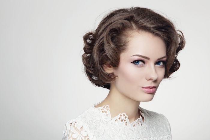 modeles coiffure courte femme année 60 coupe au carré boucle