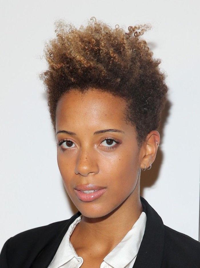 coiffure femme noire boucles en brosse couleur or court cotes