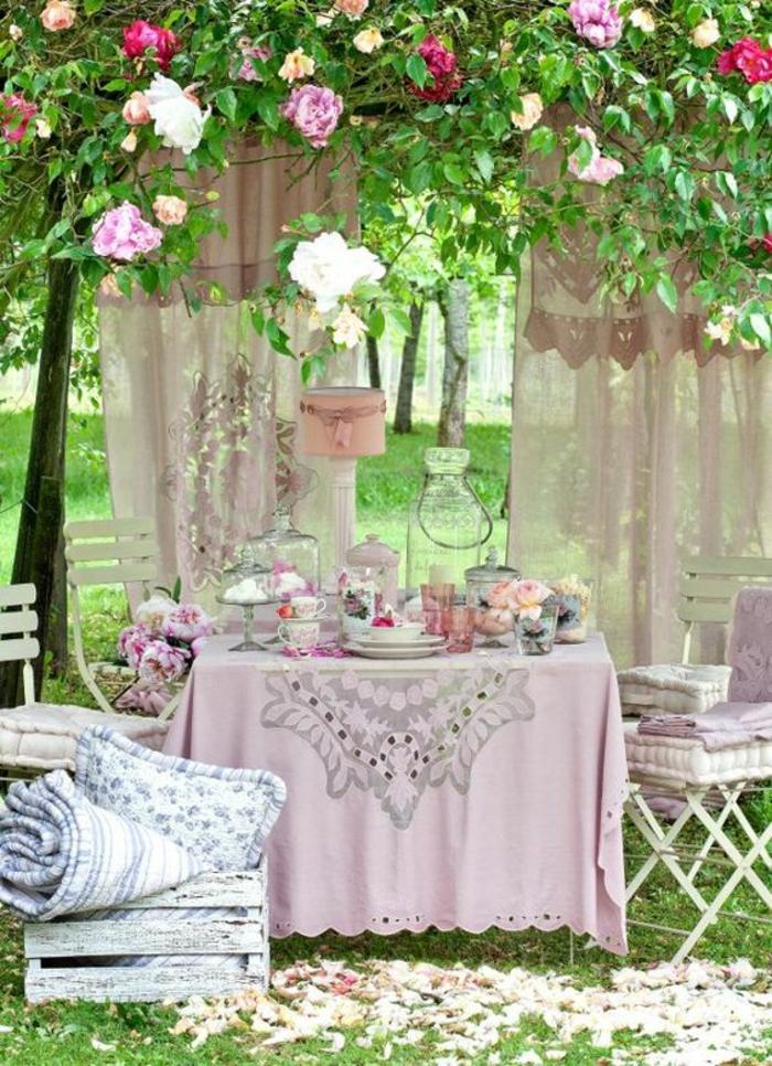 exemple d aménagement de jardin idee de parterre de fleur avec table de jardin avec nappe lila et des coussins lila sur les chaises blanches pliantes