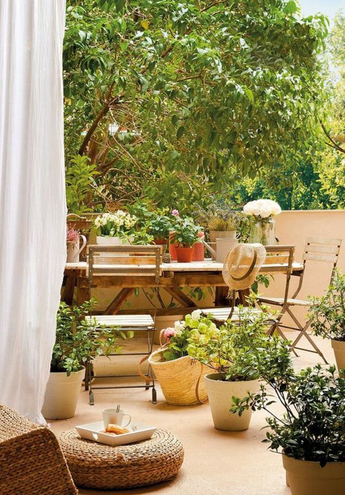 exemple d aménagement de jardin avec des meubles pliants dans un esprit méditerranéen
