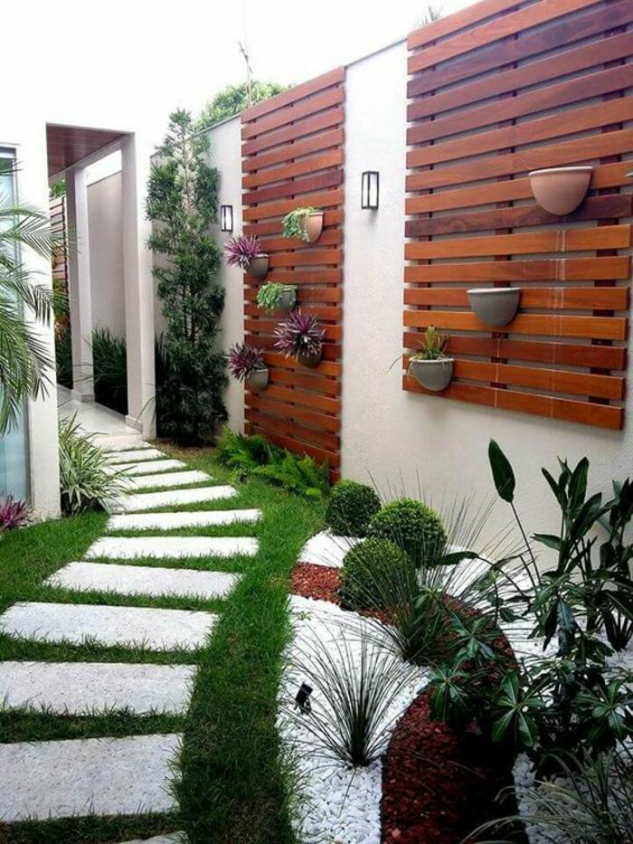 idee amenagement exterieur avec des plantes aux murs revetus de surfaces PVC imitation bois clair et foncé