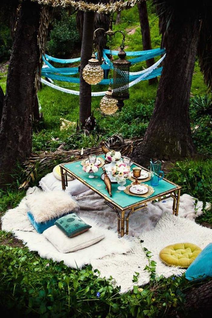 aménager un petit jardin dans un style bohème en bleu turquoise et blanc avec des lanternes style oriental