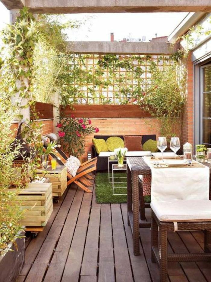 aménager un petit jardin avec des meubles en rotin synthétique et pergola avec des plantes vertes rampantes