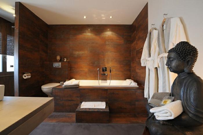 idee de salle de bain, statuette bouddha, carrelage imitation bois, baignoire à encastrer