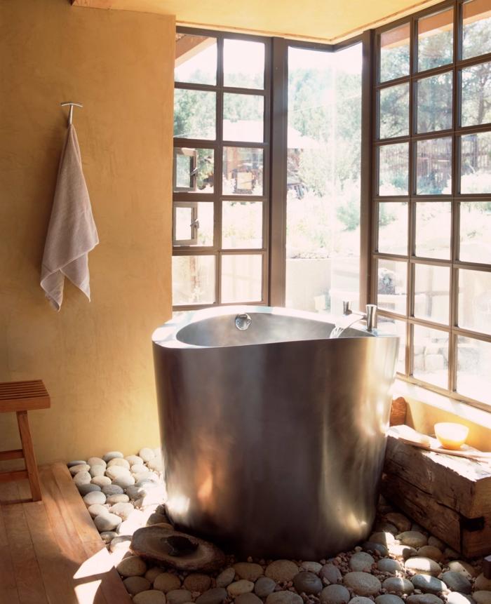 idee de salle de bain, galtes déco blancs, fenêtres japonaises, enduit couleur pêche