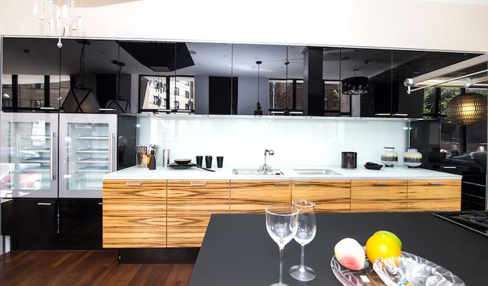 meuble de rangement cuisine, comptoir blanc avec évier en deux vasques et armoires en bois