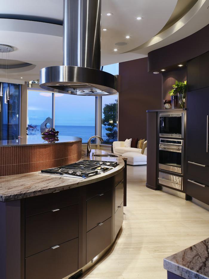 meuble haut cuisine, meubles en marron foncé avec éclairage led, revêtement de sol en bois clair