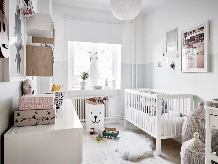 deco esprit scandinave dans la chambre enfant, lit bébé blanc, parquet clair, meubles scandinaves bois, sacs, paniers de rangement jouets