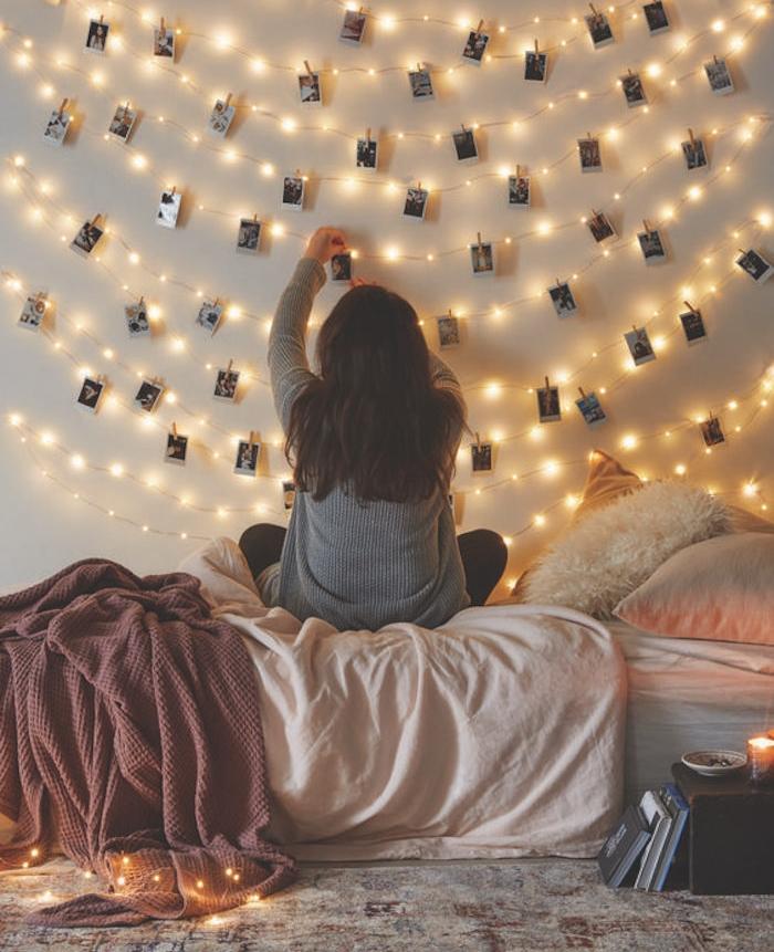 idée déco chambre cocooning, linge de lit gris, rose et bordeaux, guirlande lumineuse avec des photos instagram suspendues, tapis oriental vintage