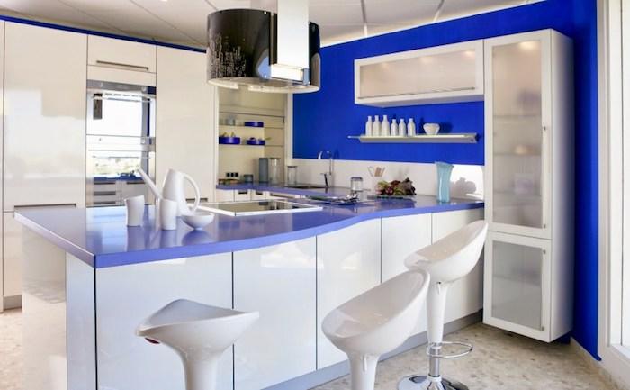 cuisine semi ouverte, bar de cuisine en blanc et violet avec chaises rondes en blanc céramique