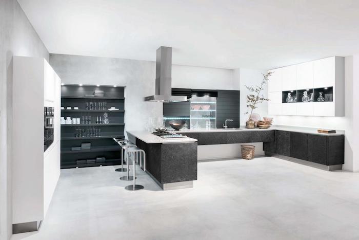 meuble cuisine, éclairage led dans la cuisine, ilot centrale noir avec comptoir blanc et tabourets gris