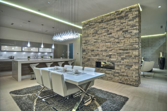 cuisine semi ouverte, tapis moelleux en gris foncé, table à manger avec chaises en cuir blanc