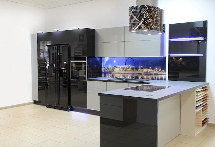 modele de cuisine, suspension luminaire en gris avec lignes dorées, déco de mur au-dessus de vasque avec paysage nocturne