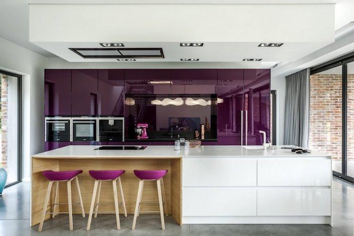 meuble haut cuisine, rideaux longs et gris, portes coulissantes en cadre noir, meubles de cuisine violet en effet miroir