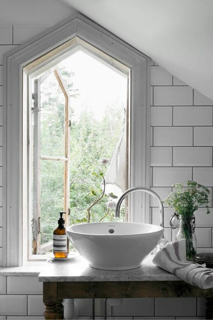 idee deco salle de bain nature, vasque blanche, fenêtre géométrique, carrelage métro blanc