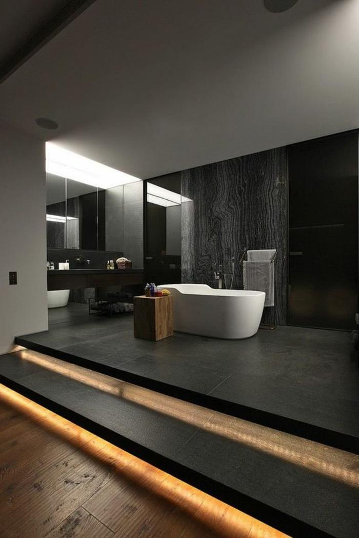 idee deco salle de bain nature, baignoire blanche, mur en marbre noir, grand comptoir noir et miroir mural