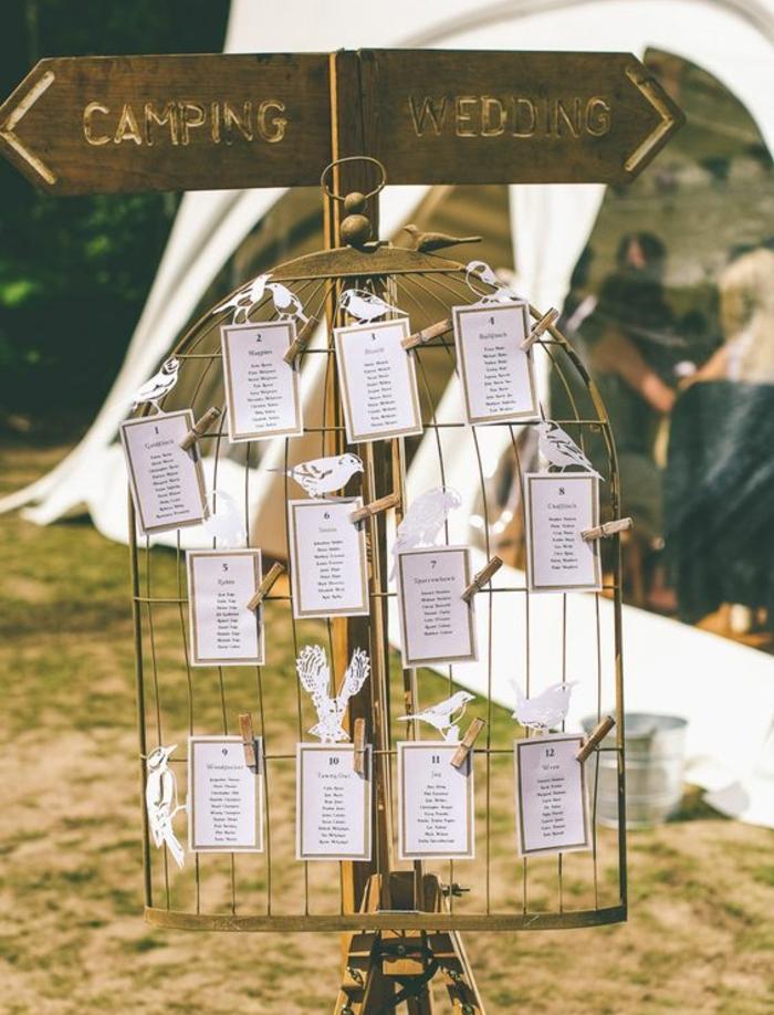 exemple decoration mariage, plan de table en grille cage oiseaux avec des étiquettes blanches et oiseaux en papier, mariage shabby chic